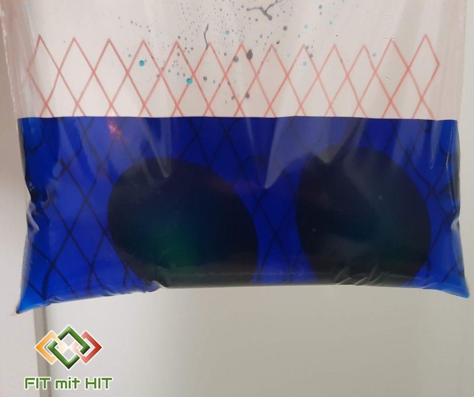 Eier im Zip-Beutel mit blauem Wasser