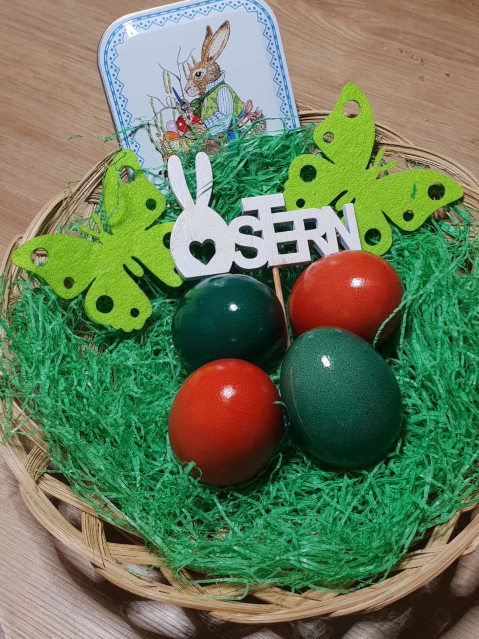 gefärbte Eier in einem Körbchen